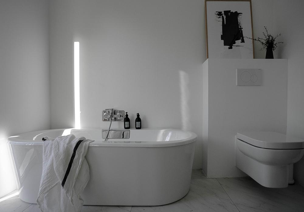 Avant et après: le relooking de salle de bain blanche et minimaliste ...